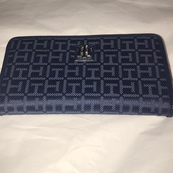 Authentic Tommy Hilfiger OSTU zip around wallet NWT